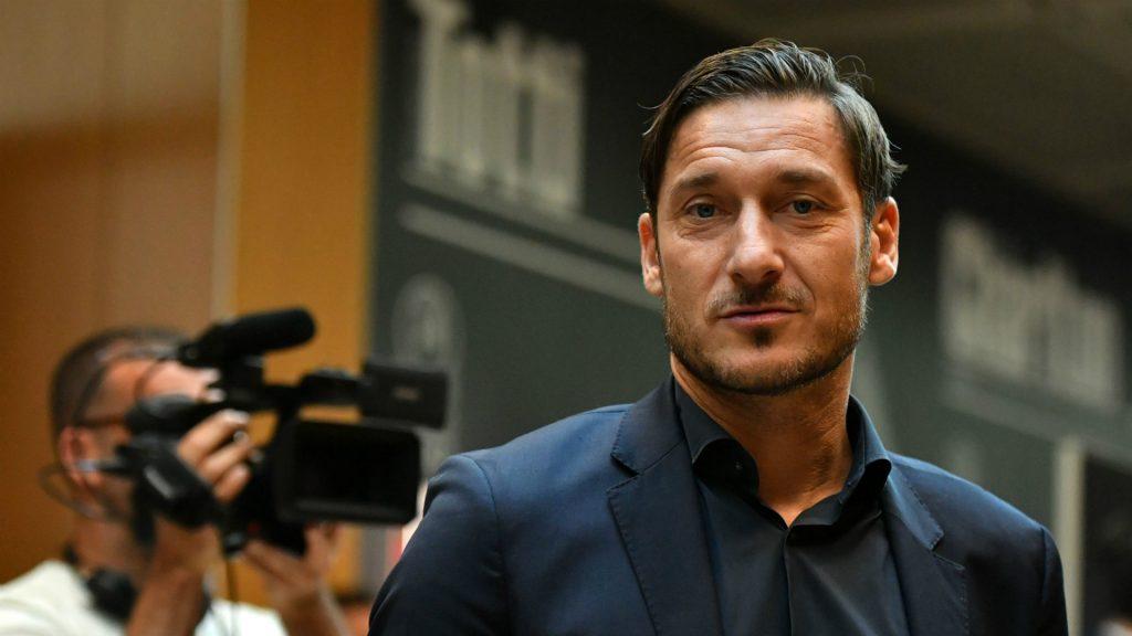 """Conferenza stampa per la """"La notte dei Re"""", protagonisti Totti e Figo. Il dirigente: """"Dalla tribuna tutto più facile"""""""