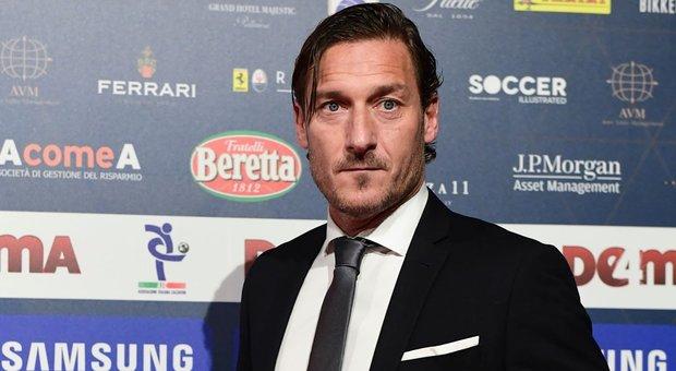 La Roma è atterrata a Fiumicino, Totti e Di Francesco con la squadra. La dirigenza esce da una porta secondaria